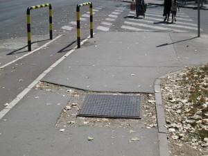Nedostaje završni sloj asfalta (pešački u Pariske komune između kružnog toka i Fontane))