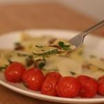 Ravioli punjeni spanaćem i rikotom sa prelivom od putera i limuna i malo pinjola.